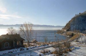 Кругобайкальская железная дорога зимой. «The Circum-Baikal Railway in the winter», Lake Baikal - La Ferrovia Circolare in prossimità di Angasolka (photo by Francorov) first upload it.wikipedia, Mar 22, 2005.