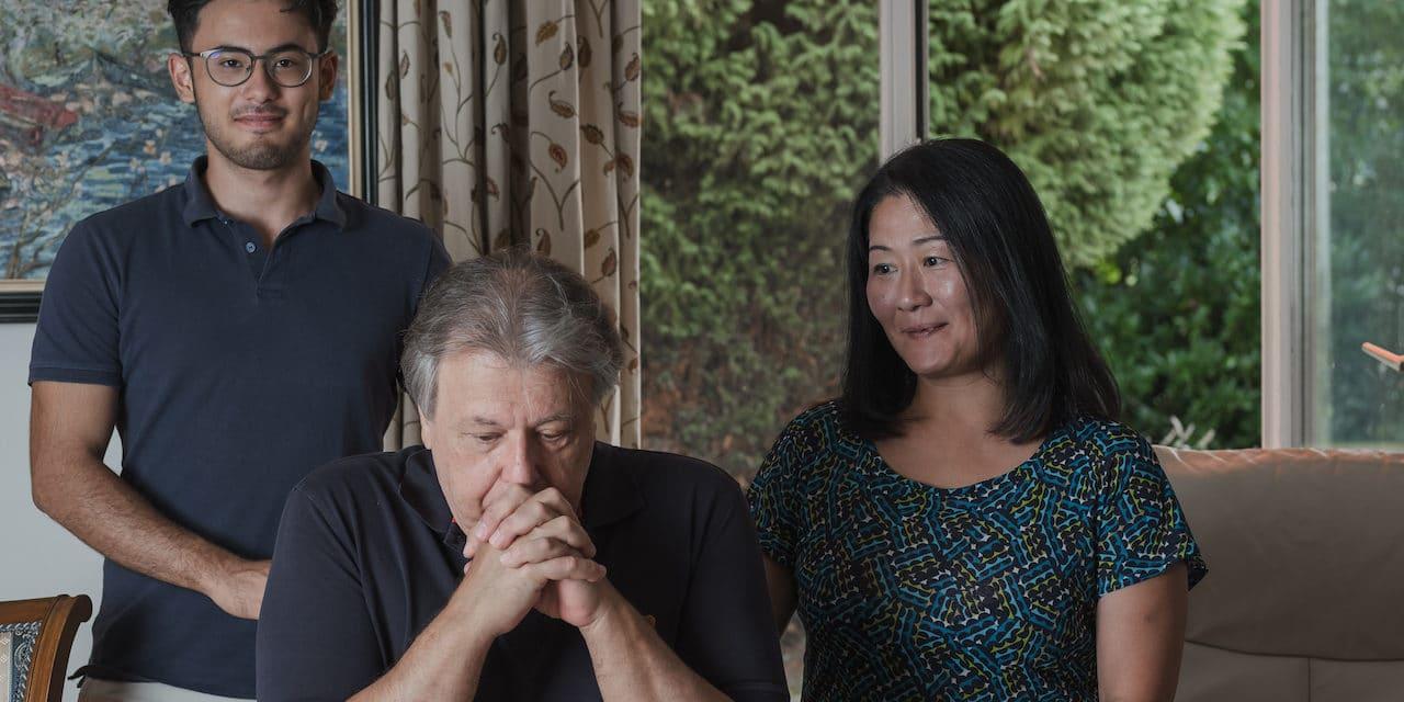 Андрей Гаврилов с сыном Арсением и женой Юкой в своем доме на берегу неба. 27 августа 2020 г. (© Lucy Koenig)