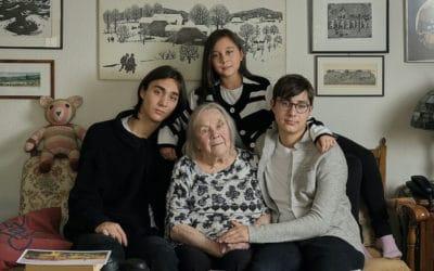 Эдит Кёниг с внуками в своей квартире в Цюрихе. 9 октября 2020 г. (© Lucy Koenig)