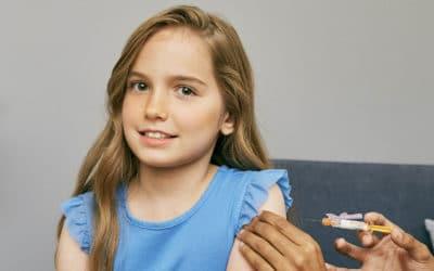 Ой! Сейчас уколют прививку в плечо. Фрагмент. 1.08.2019 г. (© SELF Magazine, Photographer: Heather Hazzan)