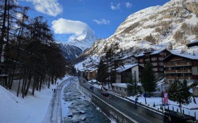 В новогодние дни великолепный Маттерхорн охранял границу Италии и Швейцарии с красивым белым знаменем. А рестораны в Церматте кормили до 22 часов. (© schwingen.net)