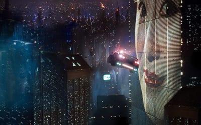 Полицейская машина пролетает вблизи огромной рекламы в антиутопии «Бегущий по лезвию». Британский режиссер Ридли Скотт снял этот научно-фантастический триллер сорок лет назад. (© Warner Brothers)